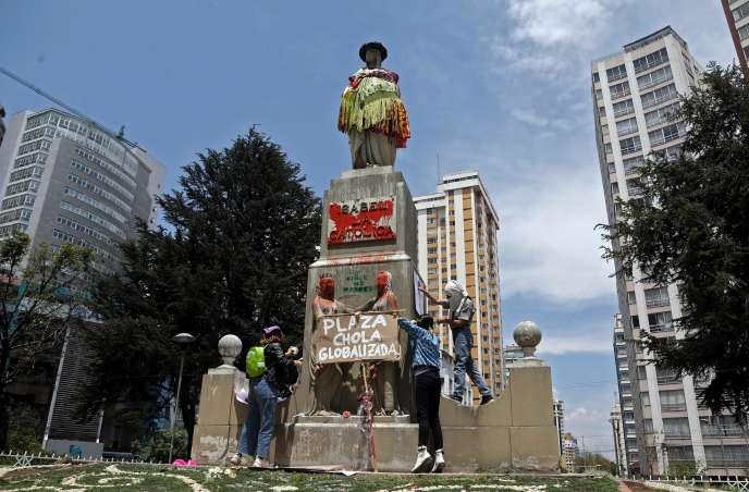 La statue d'Isabelle la catholiquerhabillée à La Paz, lundi 12 octobre.