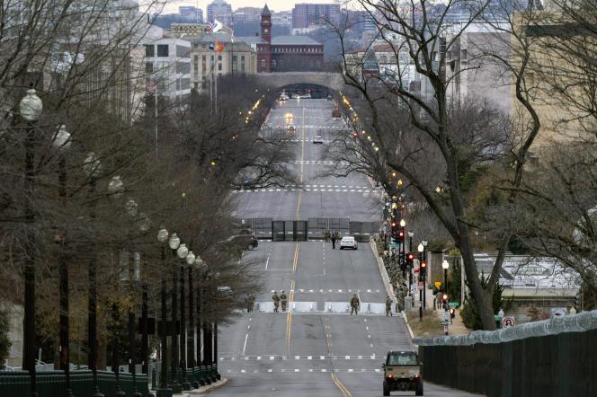 La circulation est bloquée sur « Independence Avenue» , le long de la célèbre esplanade du Capitole, «National Mall», samedi 16 janvier.