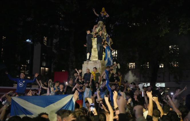 Des supporteurs écossais devant la statue de William Shakespeare, à Leicester Square, à Londres, le 18juin 2021.