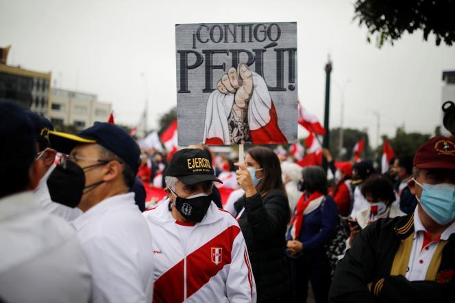 Des militaires à la retraite et des partisans de la candidate à la présidentielle Keiko Fujimori protestent contre le candidat socialiste Pedro Castillo, à Lima, au Pérou, le 22 juin 2021. La pancarte indique «Avec toi Pérou».