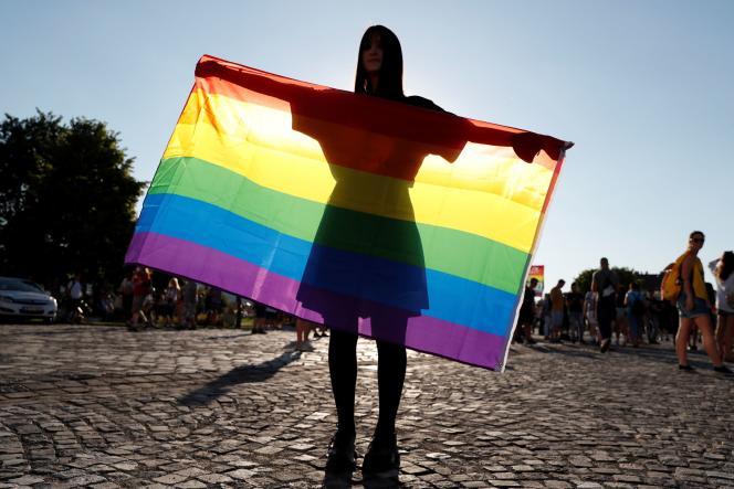 Manifestation pour les droits LGBTQ devant le palais présidentiel de Budapest, en Hongrie, le 16 juin 2016.