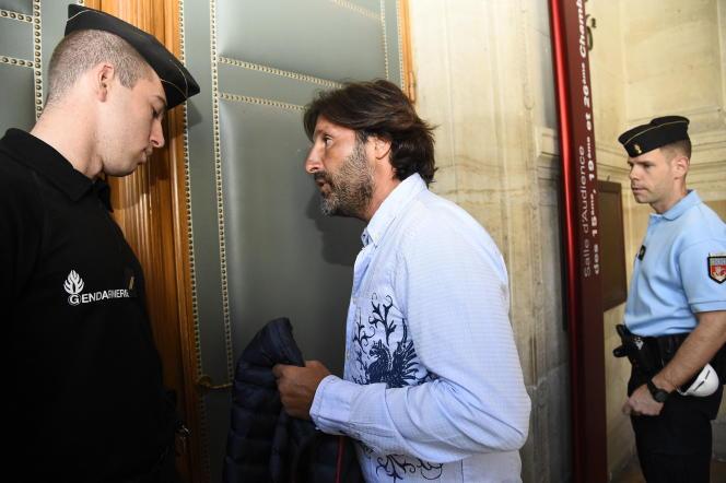 Arnaud Mimran arrive au palais de justice de Paris, le 7 juillet 2016, pour les délibérations dans son procès concernant une escroquerie présumée à la taxe carbone.